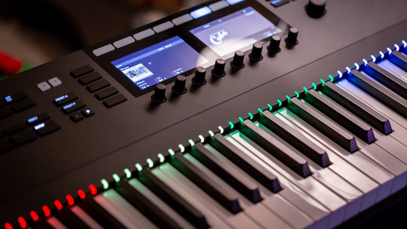 Features electronic keyboard
